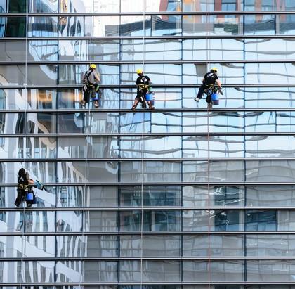 Was macht ein Bergführer im Winter? Fensterputzen!